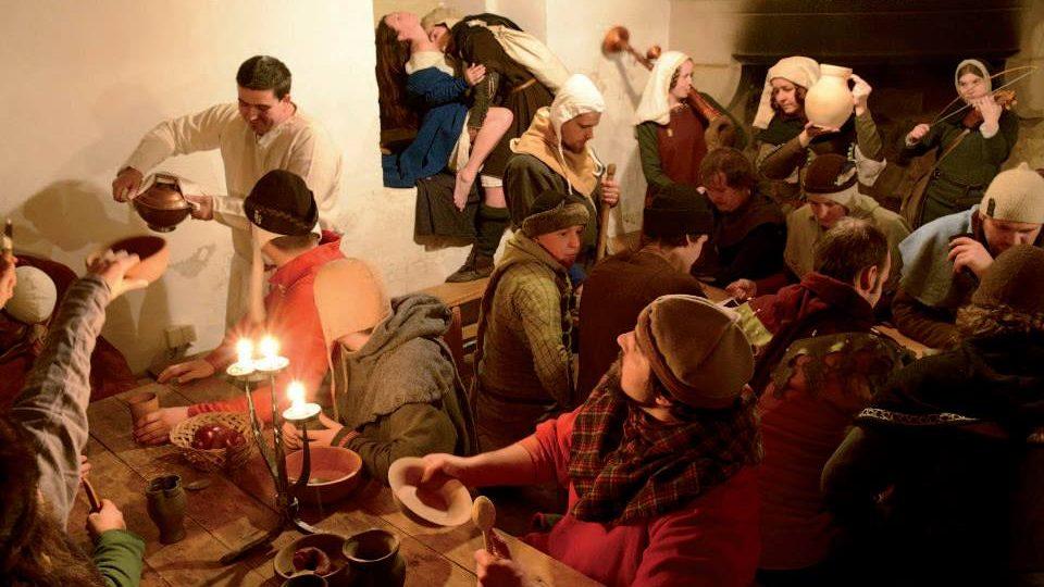 Rekonstrukce středověké zábavy v hostinci