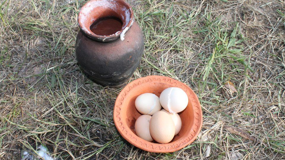 Vejce uvařená v keramice jsou prý velmi chutná