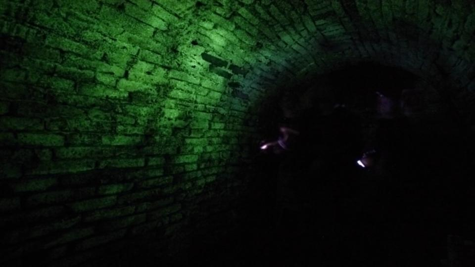 Svítící chodba za tmy