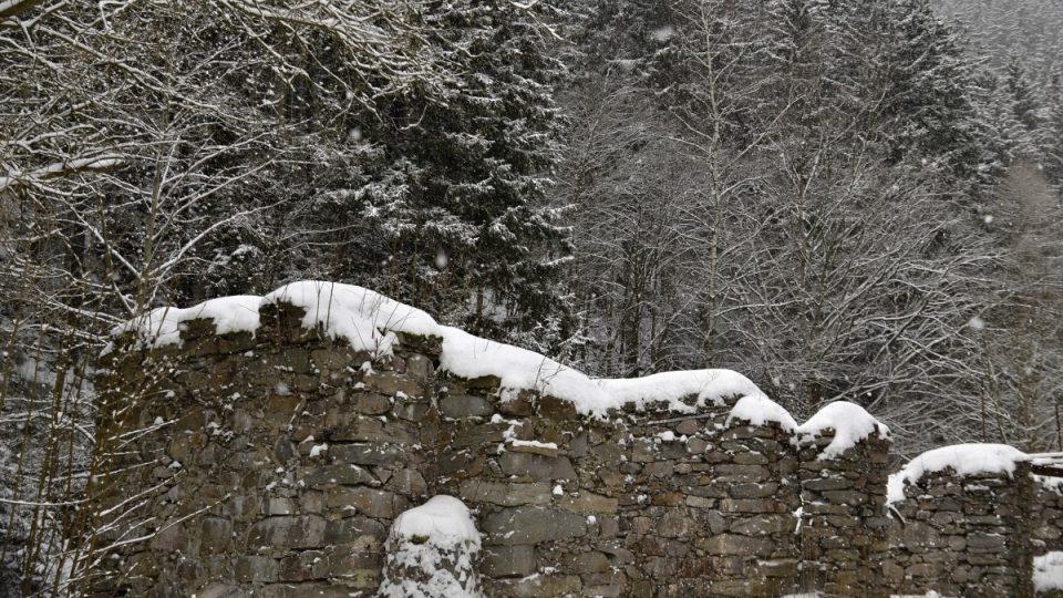 Kamenné pilíře od původního dřevěného náhonu