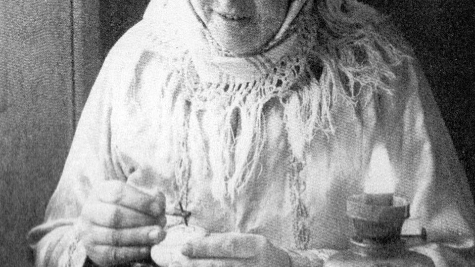 Anežka Gorlová při malbě kraslic v 50. letech