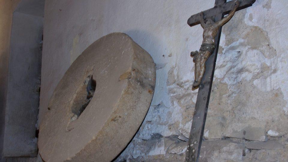 Ale i staré kameny se dají ve mlýně najít. Stejně, jako zbytky kaple