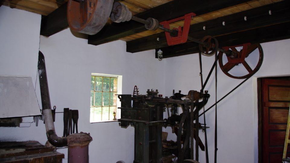 Kovárnu sem majitel mlýna přivezl. Má však všechny náležitosti včetně hnací hřídele
