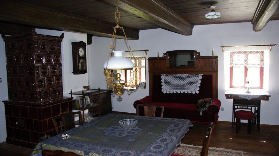 Parádní pokoj z 19. století je také vybavený tak, že by se zde dalo okamžitě točit pohádku