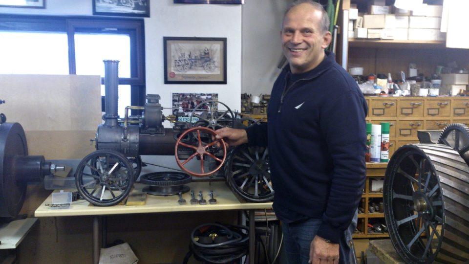 Parní stroj - jednotlivé části Jan Tomek vyrábí nejprve ze dřeva