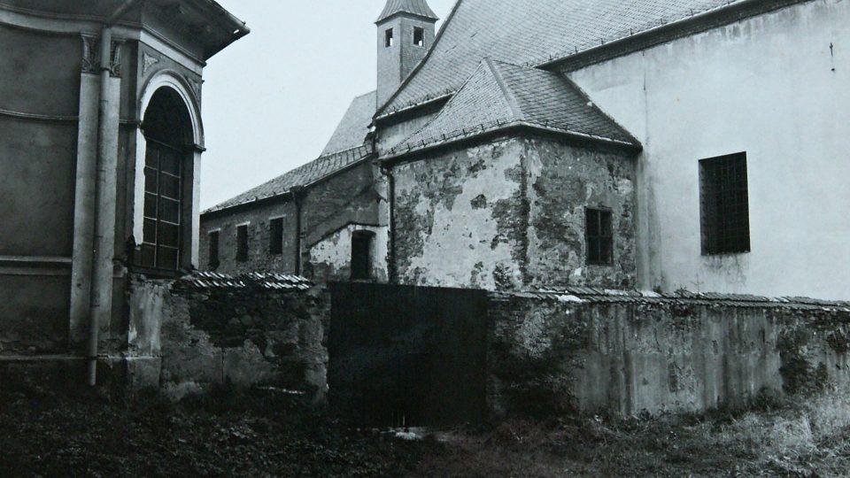 Kostel a klášter na archivní fotografii