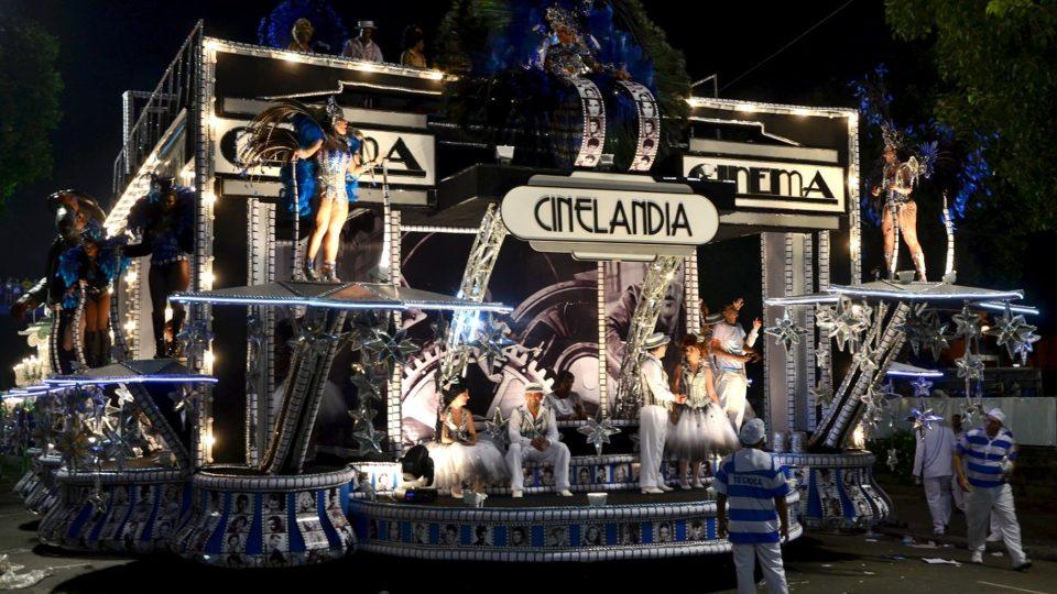 Loni předvedla na sambodromu škola Portela historii Ria de Janeiro, například kin na náměstí zvaném Cinelandia