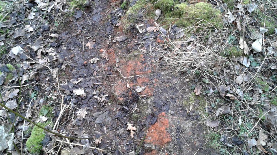 Oranžové cihly ze 13. století na mnoha místech jakoby vyvěrají ze země