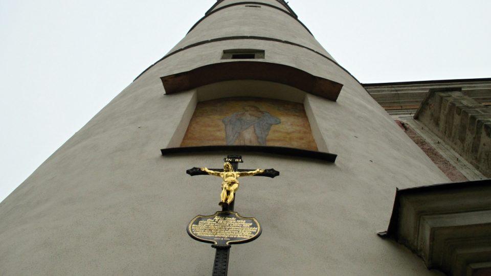 K věži je od konce 16. století připojen kostel