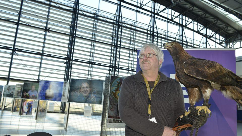 Jan Marek, vedoucí zootechnik biologické stanice Letiště Praha, ukazuje orla skalního
