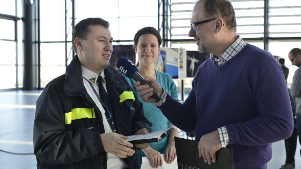 Václav Žmolík, tisková mluvčí Letiště Praha Marika Janoušková a ředitel bezpečnostní kontroly Zdeněk Truhlář
