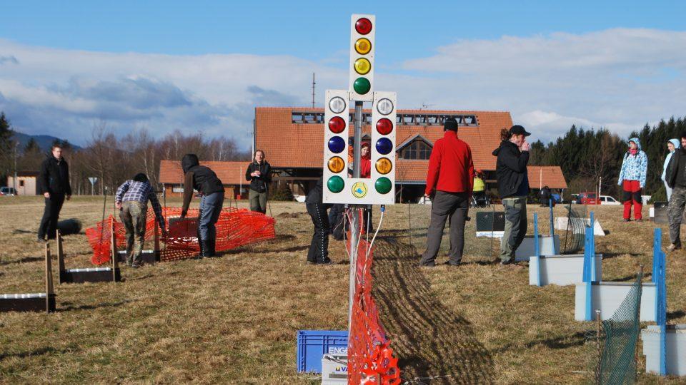 Startovní a kontrolní světla pro závod flyball