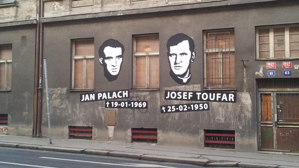 Památník na fasádě bývalého Borůvkova sanatoria v pražské Legerově ulici, kde zemřeli student Jan Palach a farář Josef Toufar