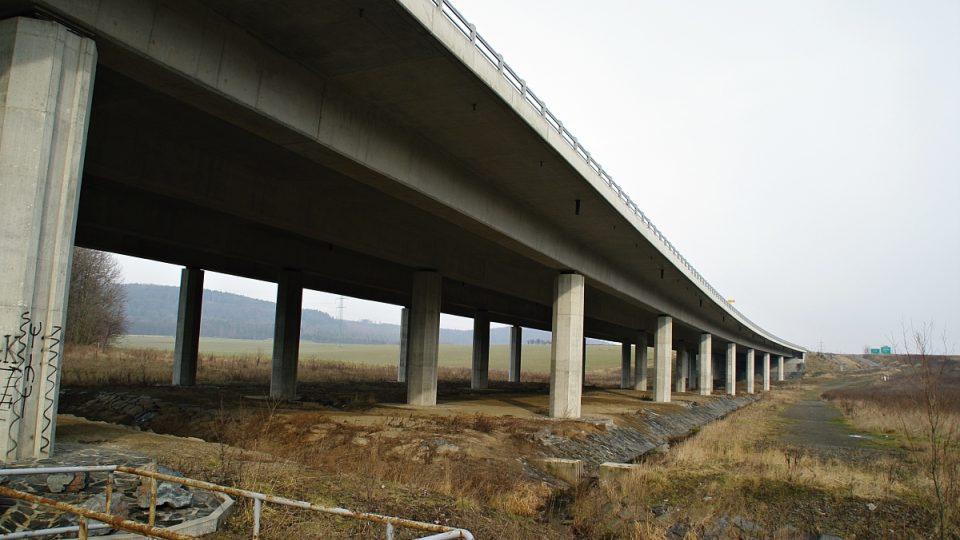 Na dávnou obchodní stezku dnes navazuje i dálnice D1