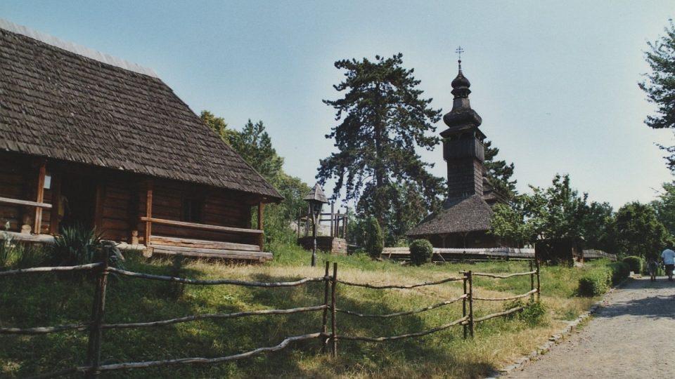 Chalupa se zvoničkou a dřevěným kostelíkem ze Šelestova