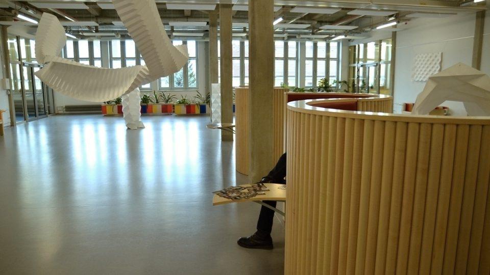 Prvky industriální stavby a útulné prostory pro čtenáře