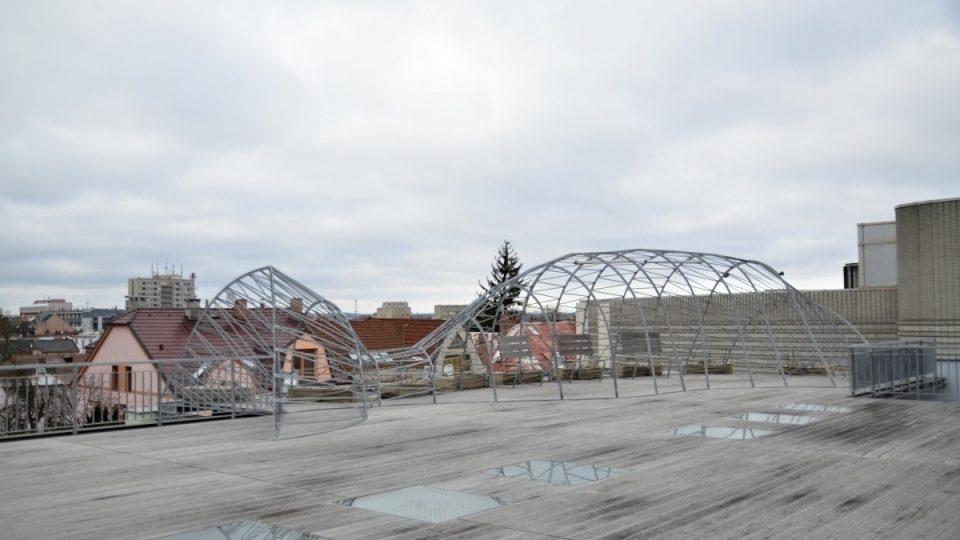 Velryba na střešní terase, v létě obrostlá zelení