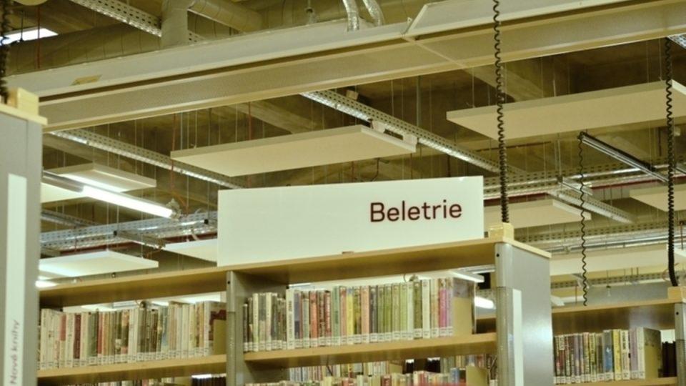 Železobetonové stropy a knihovna ve staré továrně