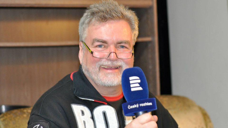 Moderátor Zdeněk Vrba zdraví ze šatny Malostranské besedy do živého vysílání Reginy