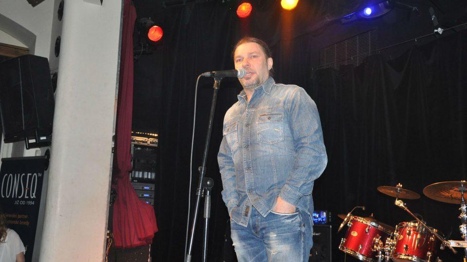Petr Kolář také v Malostranské besedě zazpíval