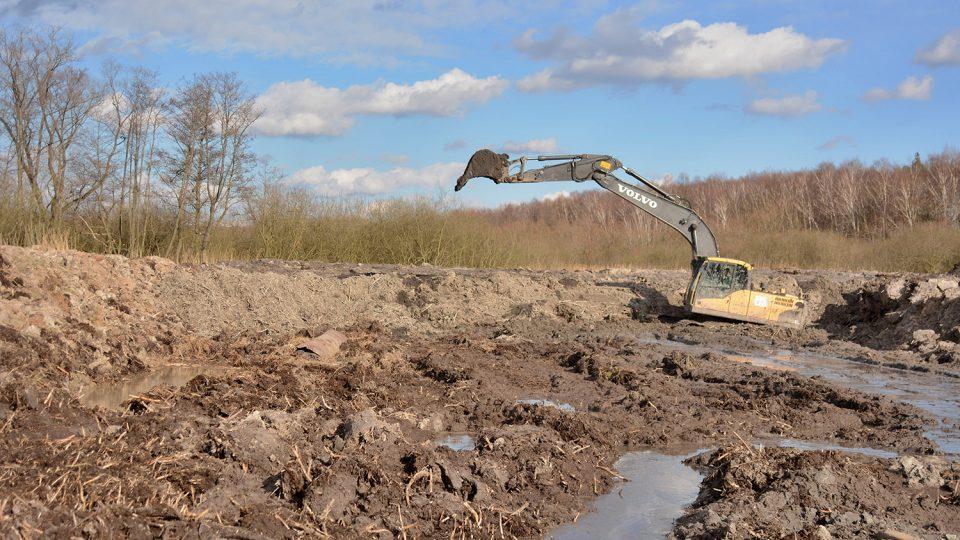 Bahno ze dna rybníka odebírá až 15 bagrů najednou