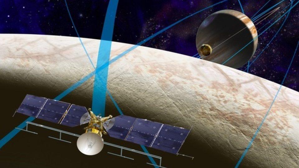 Sonda Europa Clipper ponese na palubě jako zdroj energie jen sluneční panely, což je sice mnohem levnější, avšak méně spolehlivé energetické řešení pro danou oblast, nacházející se daleko od Slunce