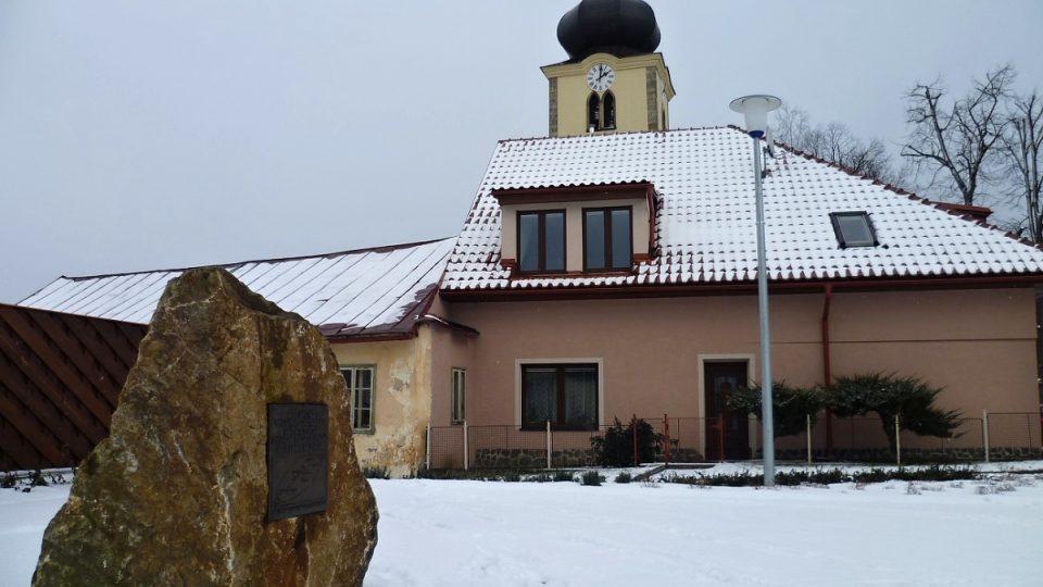 Stonařovští na pád meteoritů stále vzpomínají. Vedle radnice stojí památník
