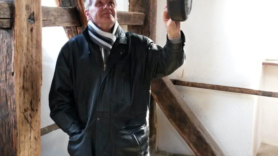 Josef Pavlíček, znalec místní historie a člověk, který se angažuje ve fulneckých památkách. Pod zvonem svaté Kateřiny v Černé věži
