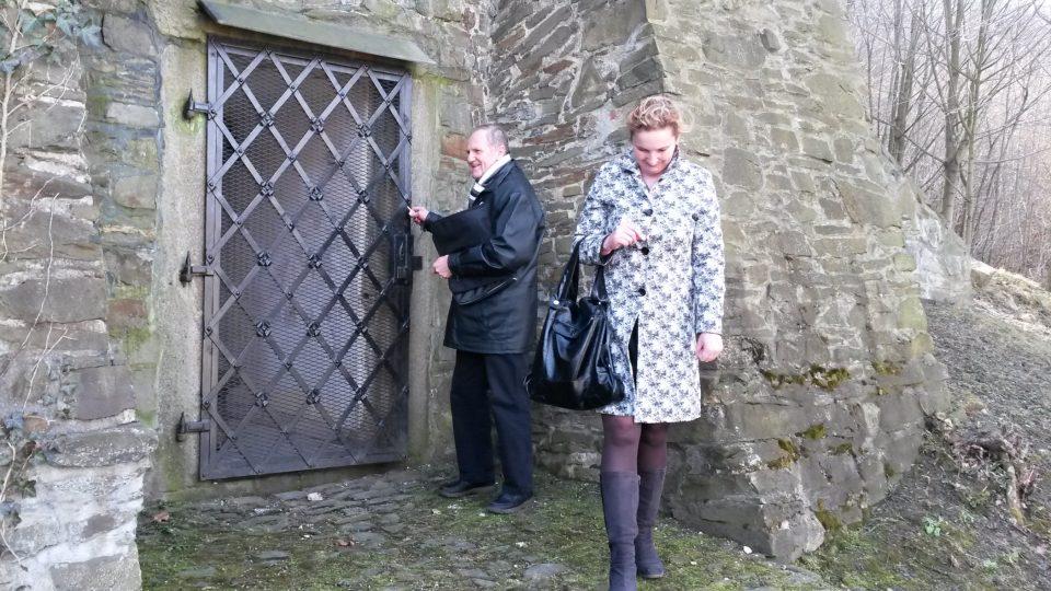 U vchodu do věže. Na snímku znalec místní historie Josef Pavlíček a propagátorka turistické oblasti Moravské Kravařsko Pavlína Ambrosch
