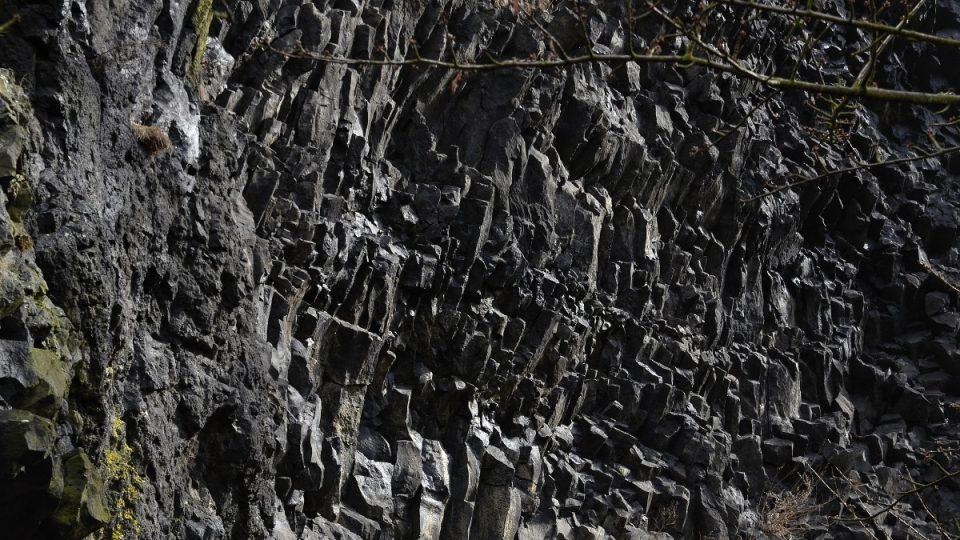 Čedičová stěna na úpatí Trosek