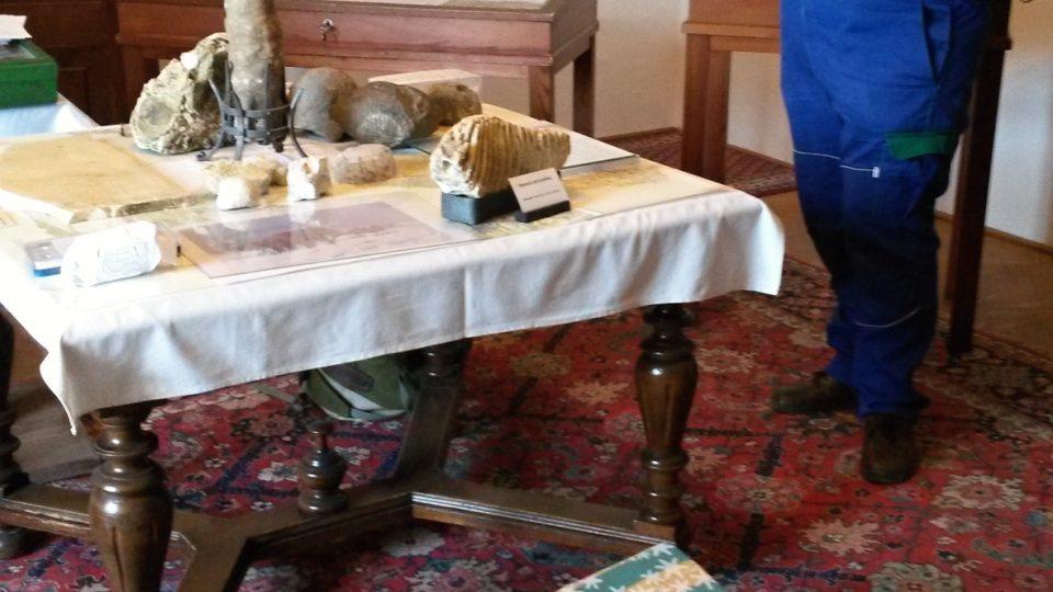 """Obří ametyst zatím spočívá na """"posteli"""" z dřevěné palety a dvou starých matrací"""