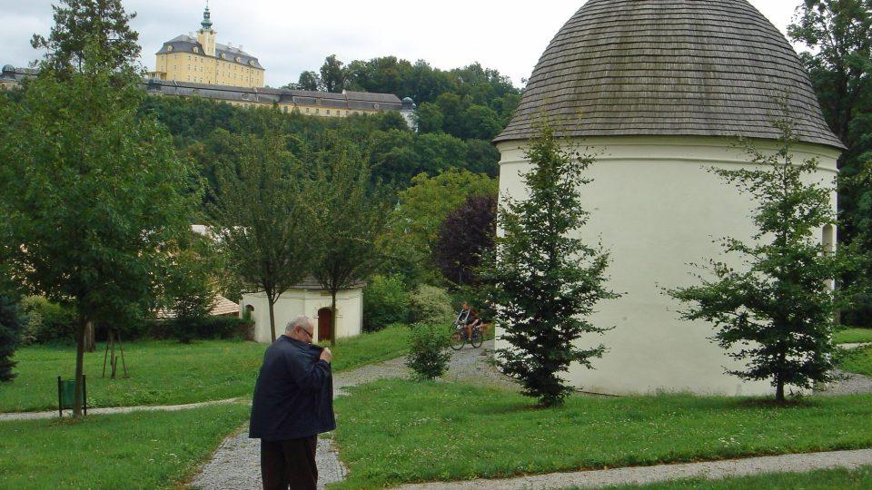 Pohled od kapucínského kláštera k fulneckému zámku