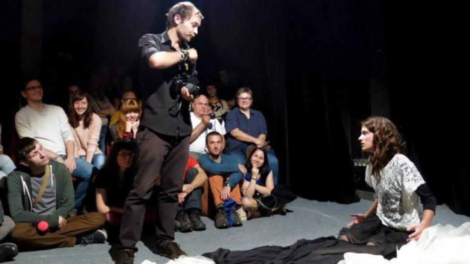 Zkouška pásma studentů Kulturní dramaturgie ve Staré Aréně