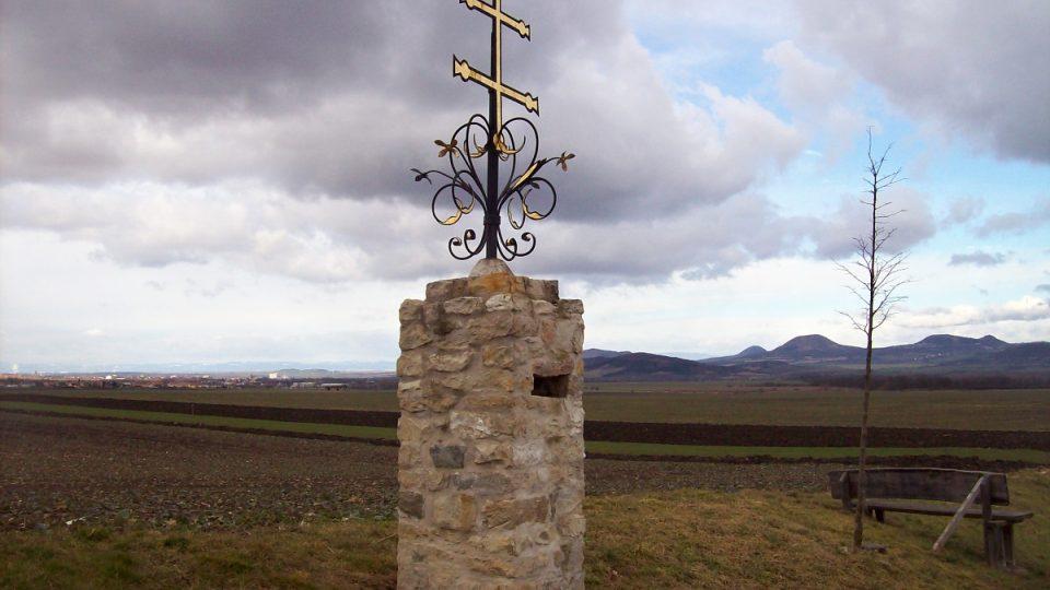Menhir Baba u Slavětína - křížek v polích