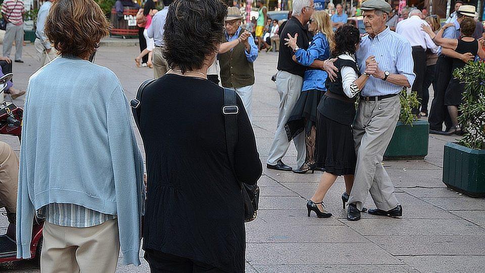Kolem tanečních párů se scházejí i zvědavci a zvědavkyně