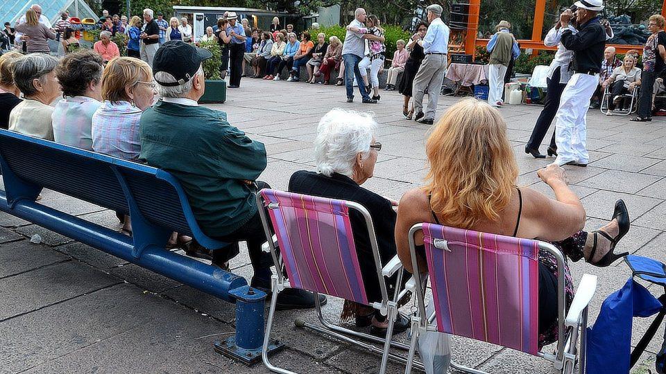 Mezi přihlížejícími převažují - zřejmě kvůli věku - ženy