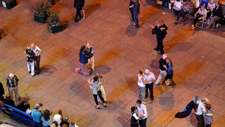 Místo parketu dlážděné náměstí. Tanečníci se tu scházejí každé sobotní a nedělní odpoledne a tančí až do noci