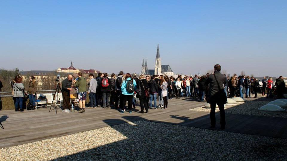 Pozorování zatmění Slunce na střeše Přírodovědecké fakulty v Olomouci