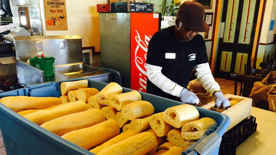 James krájí poslední bochníky chleba a lamentuje, že má dnes zpoždění