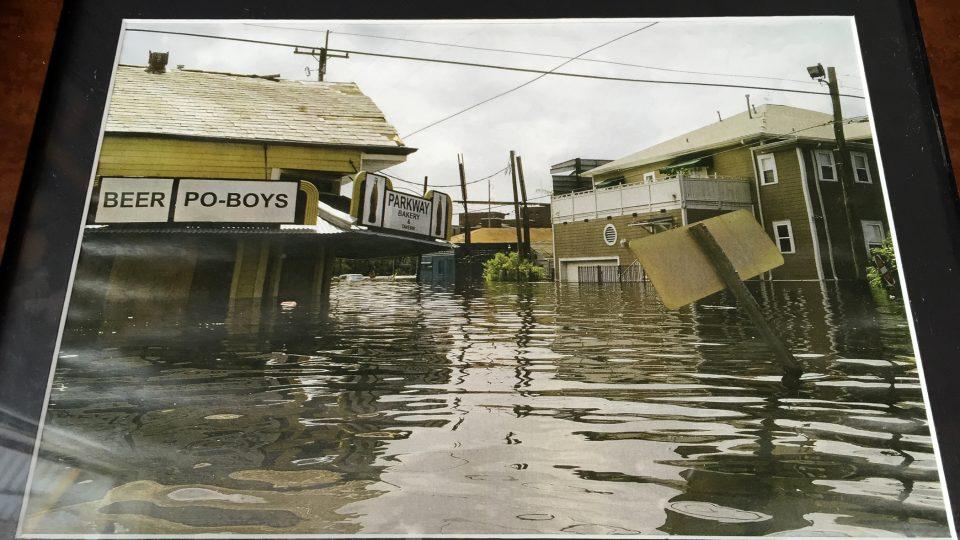 Dva roky poté, co okolím znovu zavoněly smažené krevety, přišel hurikán Katrina a restaurace stála nejméně metr ve vodě