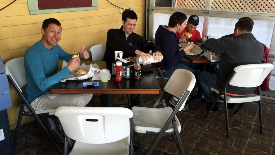V restauraci se setkávájí různí lidé. Vedle byznysmena tu klidně jedí dělníci nebo umělci