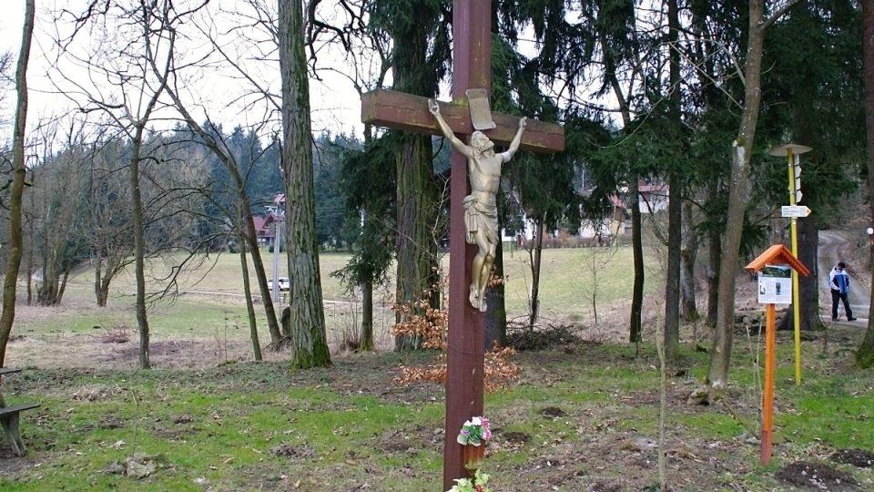 Současná podoba prastarého kříže na rozcestí v údolí Okluky