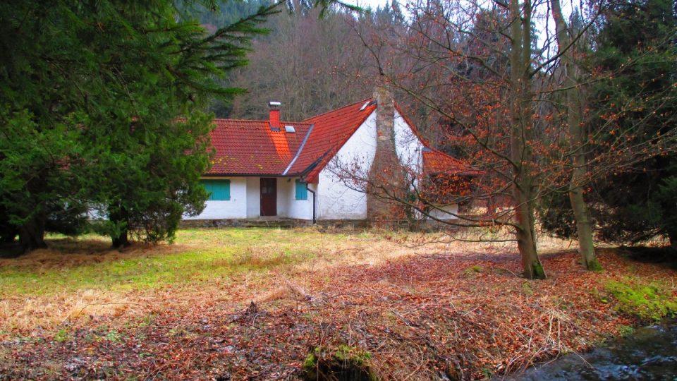 Pozemek Werichovy chaty z obou stran obtéká potok Ostružná