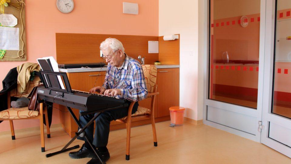 Radoslav Mather za klávesami v pěveckém kroužku