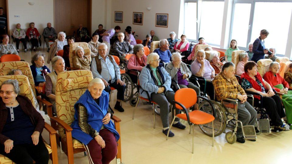 Senioři v sále při kulturním programu