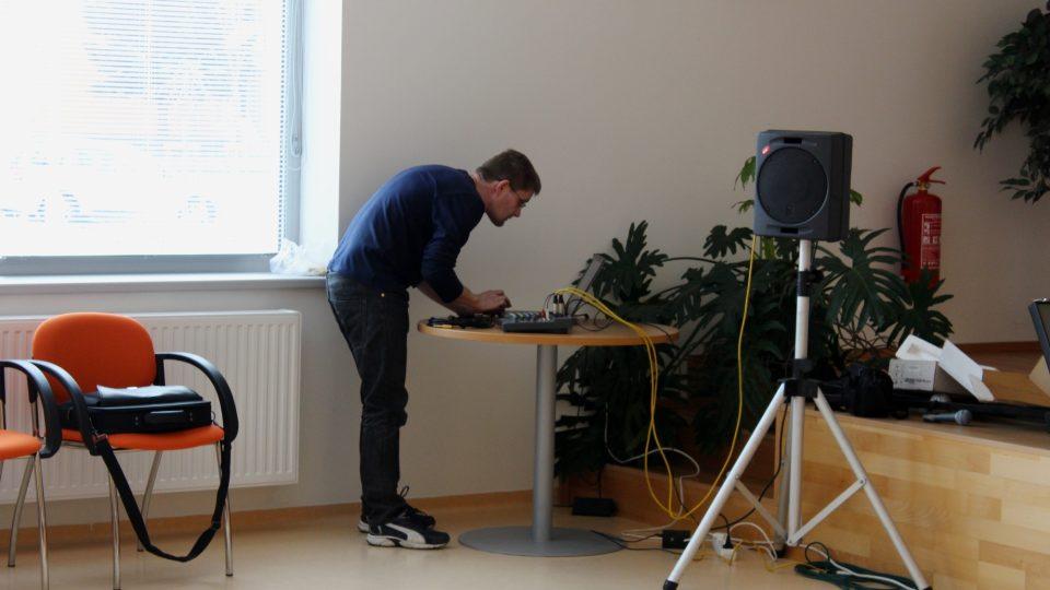 Technik Jiří Vavrda chystá zvukovou aparaturu