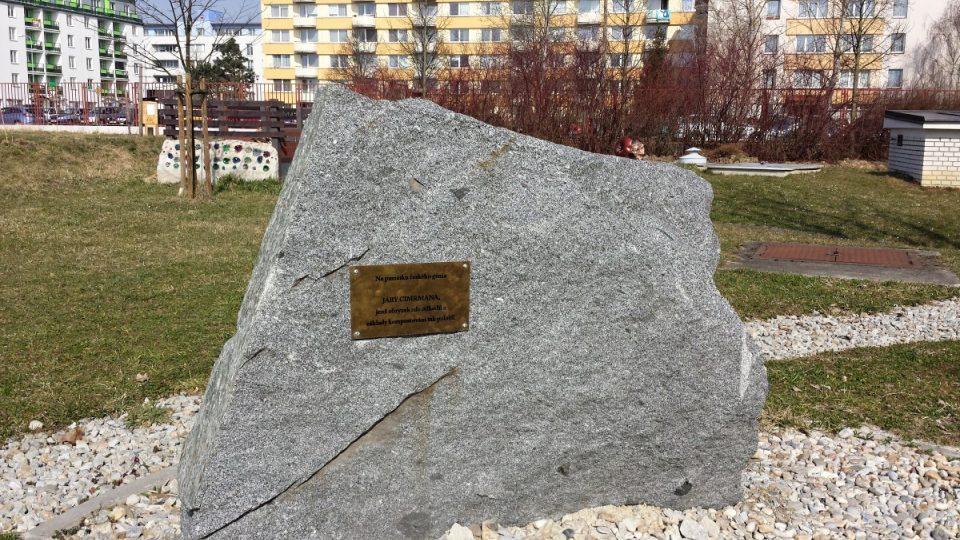 Pomník Járy Cimrmana celkově, vzadu Cimrmanův kompostér