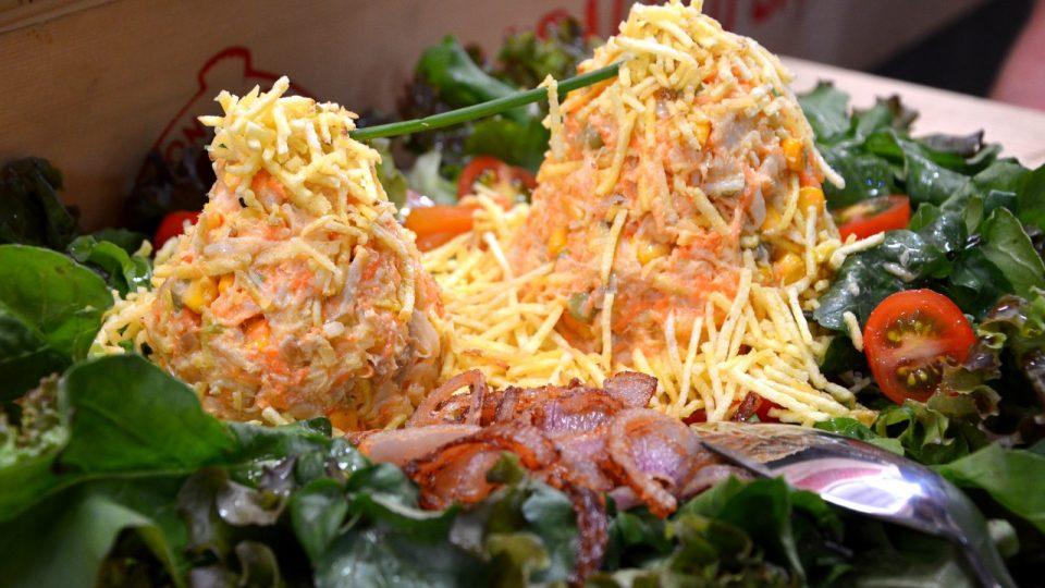 Rybí salát salpicao ve tvarupřírodní atrakce, hory Cukrové homole. Nechybí ani lanovka