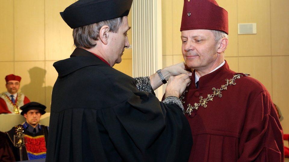Při slavnostní inauguraci byl uveden do úřadu nový rektor Západočeské univerzity v Plzni Miroslav Holeček