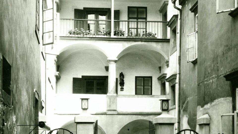 Historická fotografie - Dvůr Chotěšovského domu z roku 1932